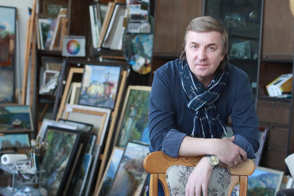 Василий Кукса в своей мастерской